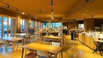*【朝食ビュッフェ】テーブルの間隔を広くしソーシャルディスタンスを確保した席配置になっています。