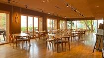 *【レストラン舞洲キッチン】お庭を望むレストラン。テーブル間の距離も配慮しています。