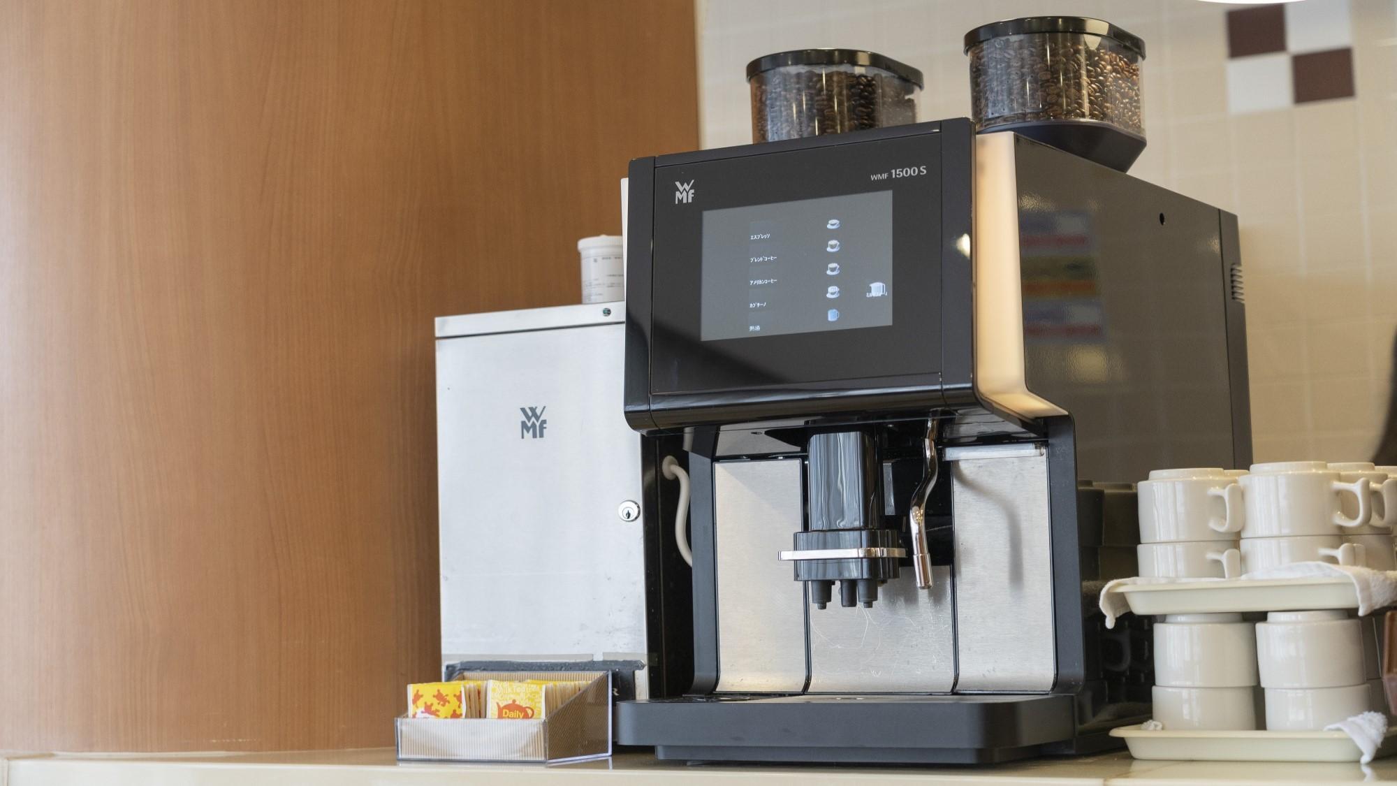 無料コーヒー WMF社製のコーヒマシンです。ブレンド、アメリカン、カプチーノがご利用いただけます。