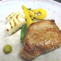 料理_ メインのお肉にも新鮮お野菜
