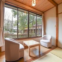 *【部屋(東館和室)】窓からは四季折々異なる景色をご覧頂けます。