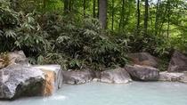 【夏】秘境・燕温泉。白濁した硫黄泉の燕温泉の露天風呂。冬期は雪のため入ることができない秘境です。