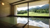 自慢の展望浴場「越の湯」。3階にある大浴場からは四季折々に変化する景色をご覧いただけます。