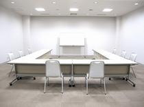会議室【スクール形式】で最大36名様までご利用可能です。