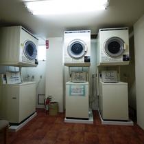 コインランドリー3台設置(洗剤は2袋100円で販売)