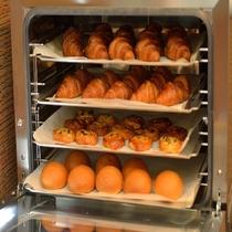 朝食・レストラン厨房で毎朝焼き上げているパンが人気♪