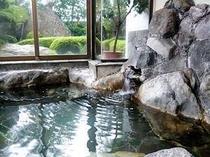 庭園の見える内風呂。