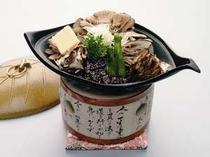 旬のきのこと野菜を陶板仕立てにした『まいたけ鶏味噌焼き』