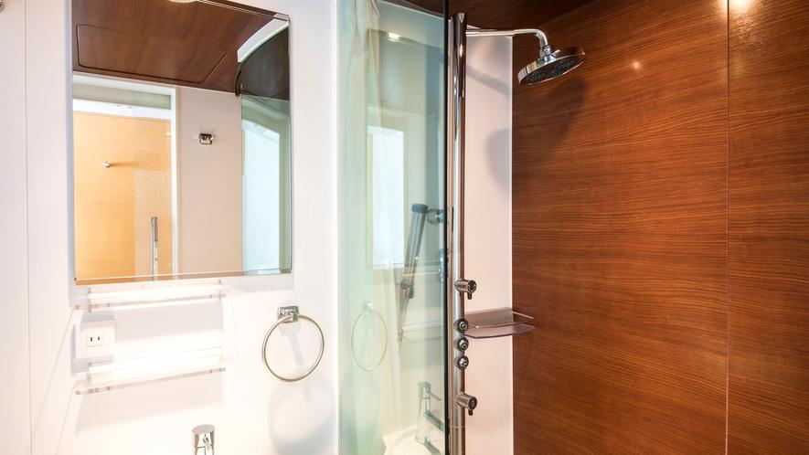<バスルーム>旅慣れたお客さまの旺盛な宿泊ニーズに対応する多機能シャワーブースを導入