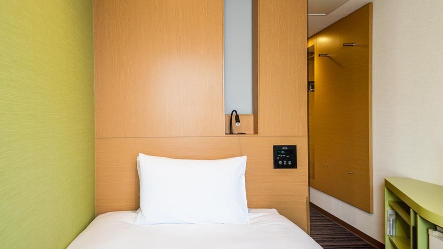 急なご宿泊にも対応するシングル。ビジネスチェアも備え、リモートワークにも最適です