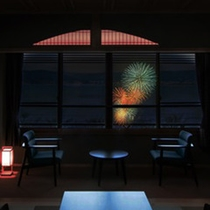 湖上に浮き上がる花火の華を、お部屋で鑑賞。