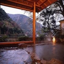 山々を一望できる露天風呂