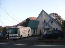 大型バスと大室山