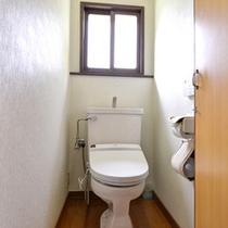 *和室10畳(客室一例)/簡素ではございますが、客室にお手洗いも完備いたしております。