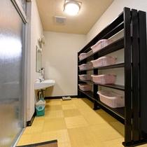 *脱衣処(女湯)/簡素ではございますが、清潔を心掛けた脱衣スペース。