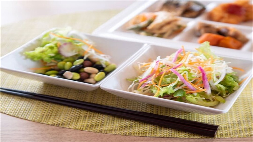 【朝食】日替わりご当地メニューや、有機JAS認定の野菜サラダなどをビュッフェ形式でご用意しております
