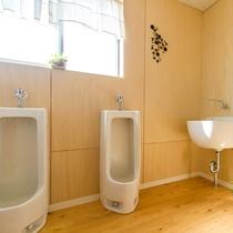 明るく清潔な共同トイレ