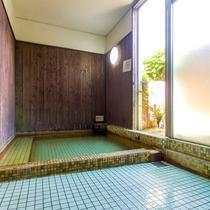 【貸切風呂】レトロ風呂:昔懐かしいタイル敷きの家族風呂です。