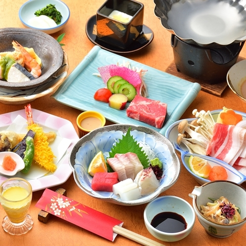 【夕食一例/ゆの香懐石】料理長が厳選した食材で作る会席料理。