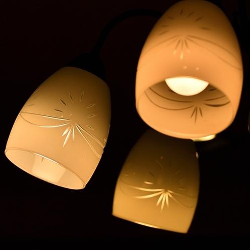 柔らかなオレンジの光に照らされ、温かい雰囲気に包まれます