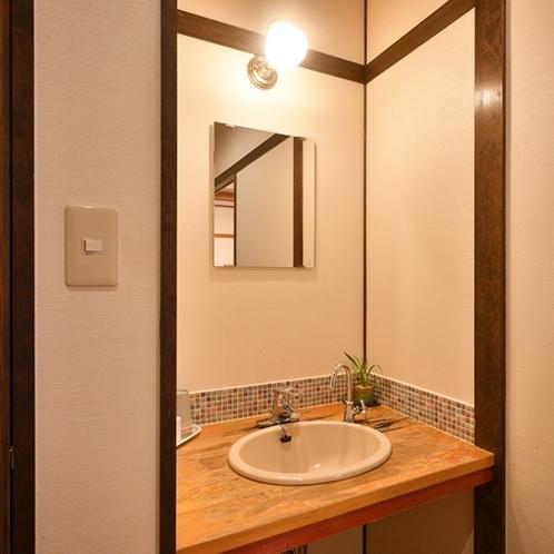 【半露天風呂付和室/洗面所】レトロなつくりの洗面所