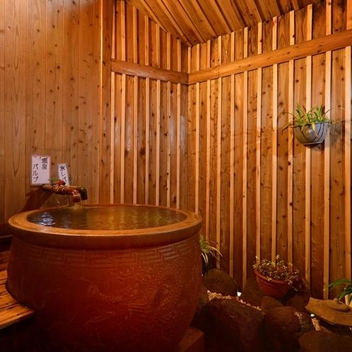 【貸切風呂】半露天の五右衛門風呂のつぼ湯。源泉かけ流しです。
