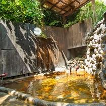 【露天風呂】木々香る露天風呂の源泉かけ流しの温泉を心行くまでお楽しみ下さい。
