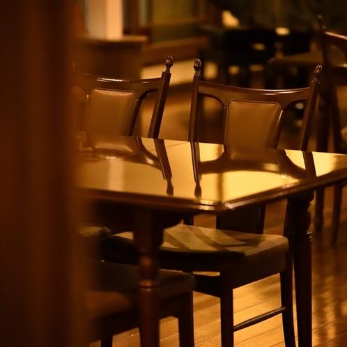 【ラウンジ】シックな家具が落ち着いた空間を演出。
