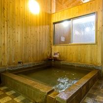 【貸切風呂】内風呂:フロントでご予約いただければ無料で源泉かけ流しの温泉をお楽しみいただけます。