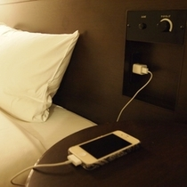 枕もとの便利なコンセント<コンフォートルーム>