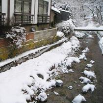*冬景色/しんと静まり返った冬の霊泉寺川。風情ある景色をお部屋からご覧ください。