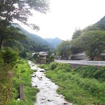 *周辺景色/霊泉寺川のせせらぎの音が心地よい自然豊かな場所。ゆっくりとした時間が流れています。