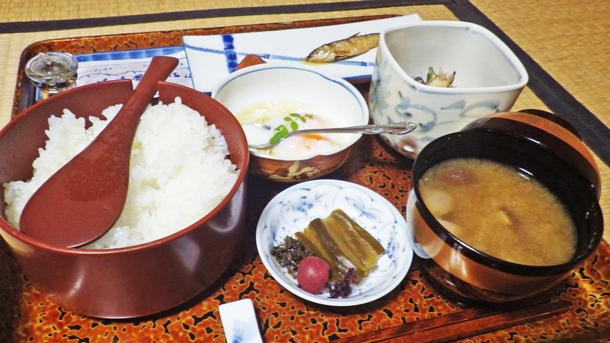 *朝食一例/あたたかいご飯と、山川の幸を使った素朴なおかずをご用意いたします。
