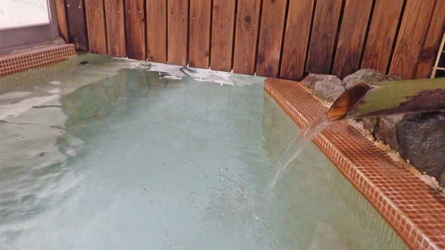 *大浴場/温泉のお湯は源泉かけ流し。ゆっくり入れるよう湯温はぬるめに保っております。