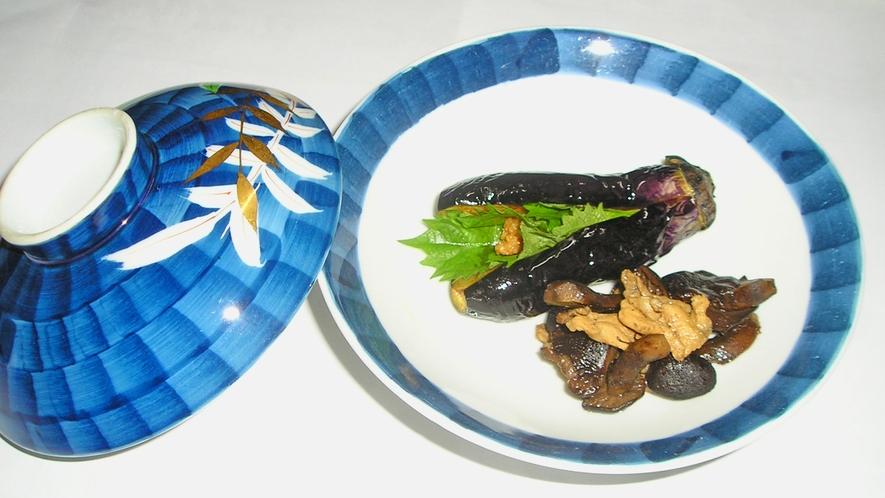 *料理一例【秋】/茄子のはさみ揚げ。当館のオリジナル料理でつけ合わせが季節ごとに変化します!