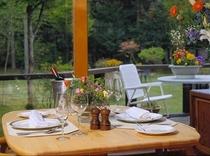 ダイニングルーム「中庭に面したテーブル席」
