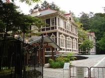 カラマツの並木通りに近い旧三笠ホテル(宿から車15分)
