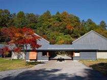 星野温泉 トンボの湯(正面全景)秋の紅葉、軽井沢駅(南口)からシャトルバス有
