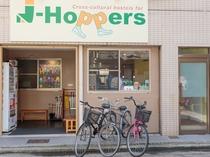 飲食店がたくさん立ち並ぶ聖天通商店街に面してます。