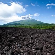 *[周辺景色]国の特別天然記念物の焼走り熔岩流。圧倒的な自然のパワーを肌で感じて。