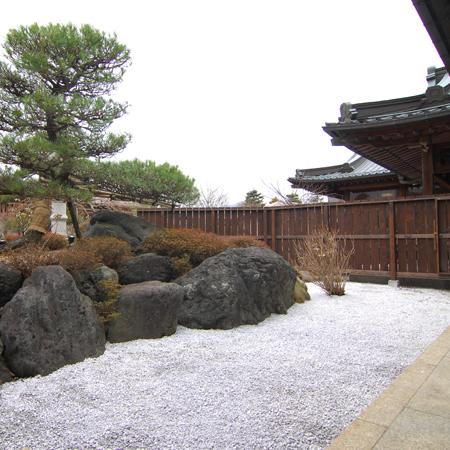 本殿エグゼクティブスイート「式部」から眺められる庭園