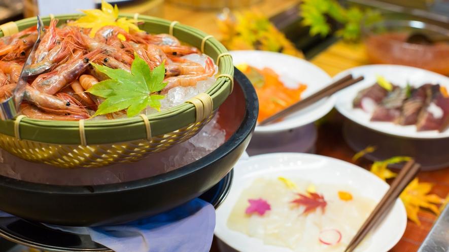 【夕食バイキング】お刺身は新鮮な甘エビ、イカ、サーモンなどをご用意。※時期により変更有