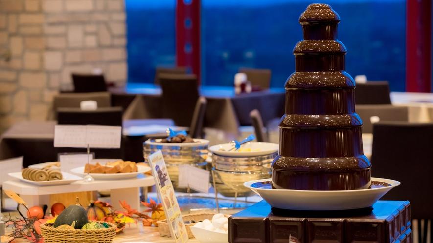 【夕食バイキング・デザート】チョコレートフォンデュ。マシュマロや苺にたっぷりのチョコをつけて…