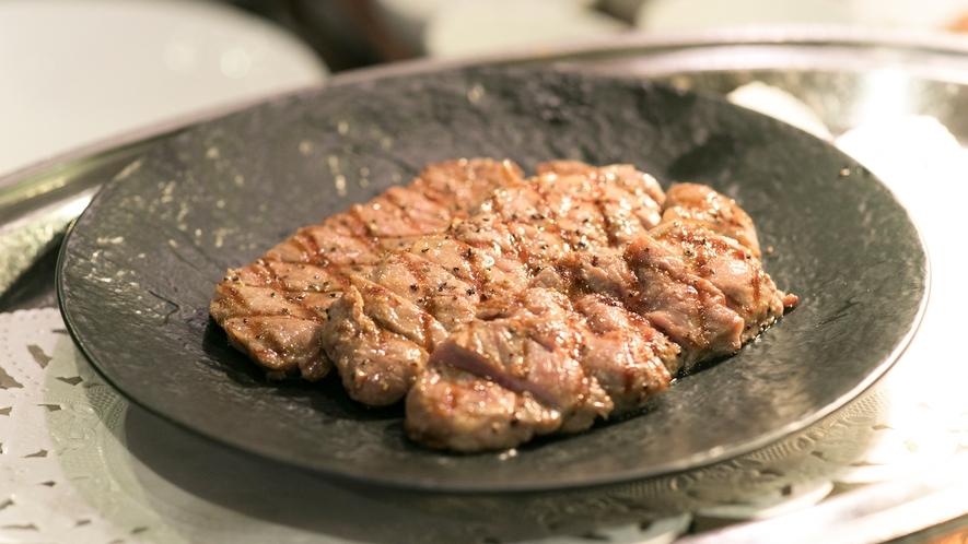 【夕食バイキング・実演コーナー】カットステーキ。ソースも数種ご用意しております。