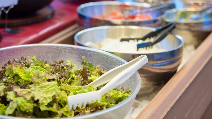 【夕食バイキング】季節の野菜を使ったサラダ。野菜不足を解消♪
