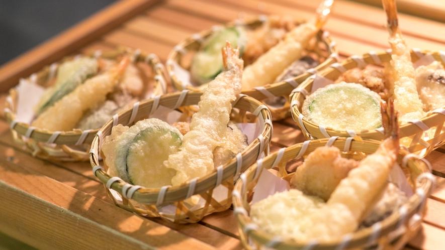 【夕食バイキング・実演コーナー】旬の海鮮と野菜を天ぷらでご提供いたします。