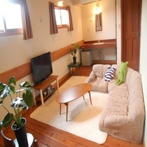 クッションソファとラグのあるお部屋(建物2階)