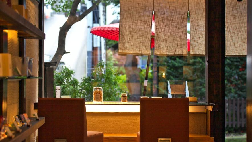 カフェ&ショップ喫茶去/10時~18時まではカフェとして営業。18時~22時は宿泊者専用のバーに。