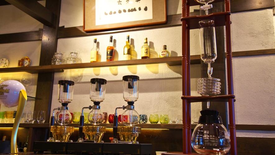 カフェ&ショップ喫茶去/10時~18時まではカフェとして営業。18時~22時は宿泊者専用のバーに
