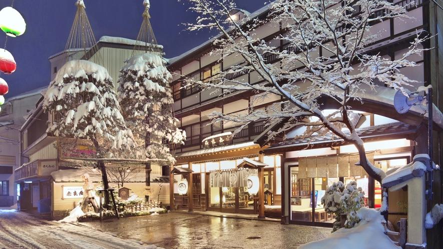 【外観/冬】草津の名物「湯畑」から歩いてからすぐ。昔ながらの建物に記念撮影でも良く使われます。